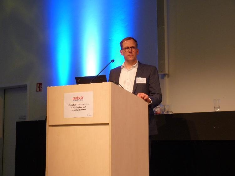 Dirk Lewandowski speaking at the ASIS&T European Chapter event at HAW Hamburg